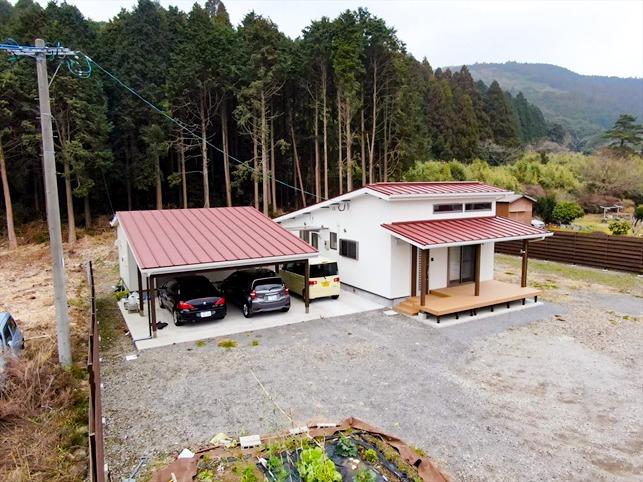 緑に囲まれた家ドローン画像